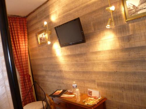 A television and/or entertainment center at Citotel Hotel Restaurant Les Pins