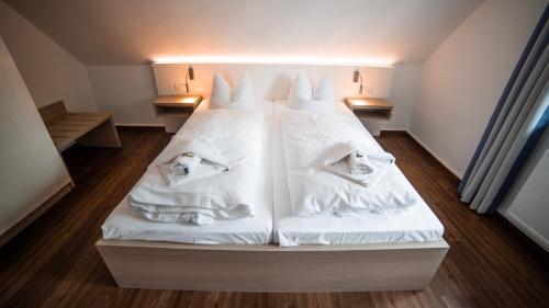 Ein Bett oder Betten in einem Zimmer der Unterkunft Gasthaus Zur Fähre
