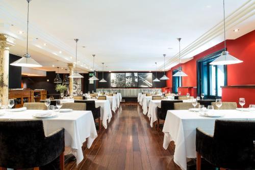 Un restaurante o sitio para comer en Hotel 1898