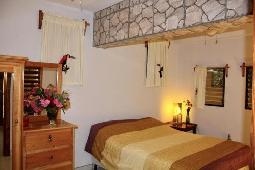 A bed or beds in a room at Villas Pico Bonito