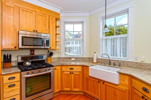 A kitchen or kitchenette at Compass Rose Three-Bedroom Home