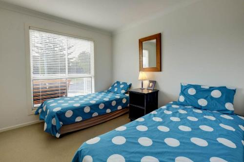 A bed or beds in a room at SPINNAKER 1