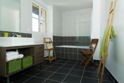A bathroom at Tempologis - Chateau de la Rochette