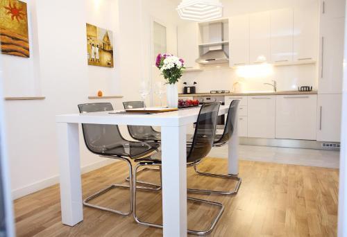 A kitchen or kitchenette at Le Monde Apartment