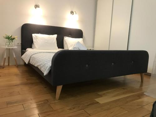 A bed or beds in a room at Arsenal Apartments
