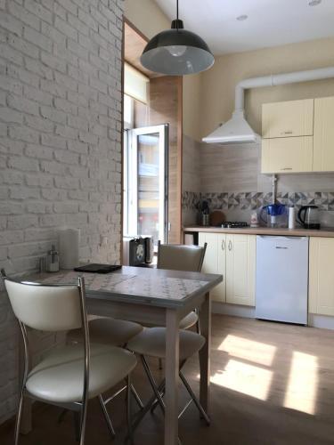 Кухня или мини-кухня в Apartment WELCOME on Surkova 20/6