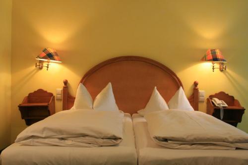 Ein Bett oder Betten in einem Zimmer der Unterkunft Hotel Wilder Mann