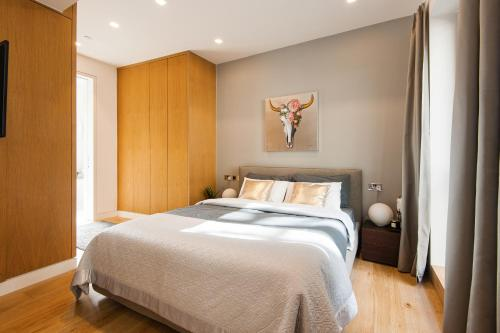 A bed or beds in a room at Arcore Premium Rental The Strand
