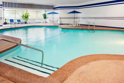 The swimming pool at or near Four Points by Sheraton Chicago O'Hare