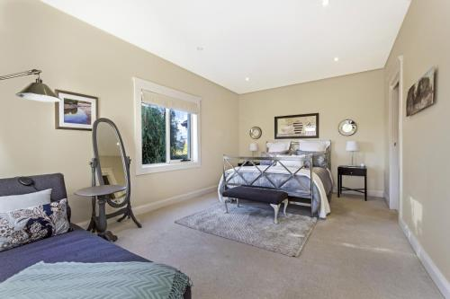 A bed or beds in a room at Topiary Haven