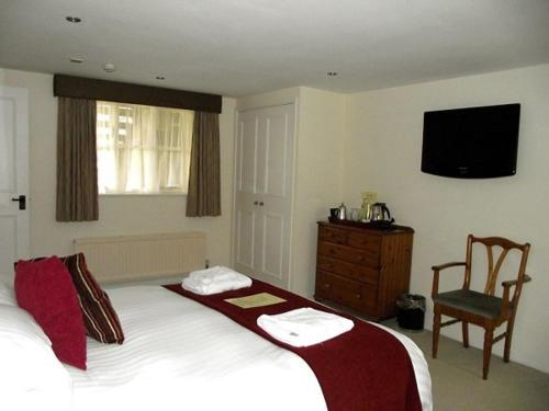 A bed or beds in a room at The Bird In Hand Inn, Witney