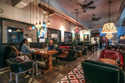 En restaurant eller et andet spisested på Chengdu Flipflop Hostel Poshpacker (Chunxi Road Metro Station)
