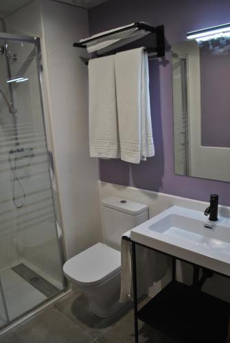 A bathroom at Hostal Universitat