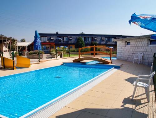 Der Swimmingpool an oder in der Nähe von Hotel Lacotel