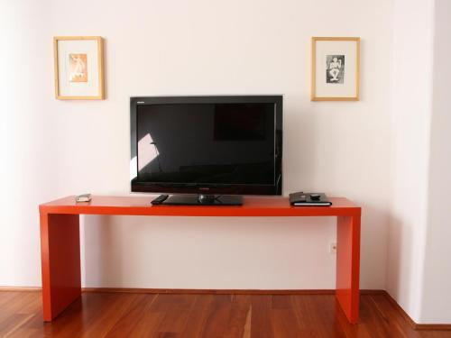 A television and/or entertainment centre at Apartment Medienhafen