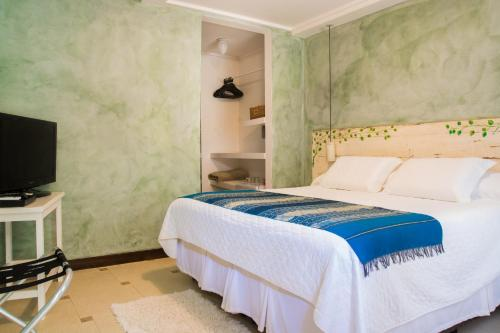 A bed or beds in a room at Via Das Pedras Pousada