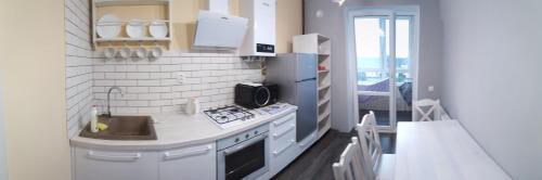 Кухня или мини-кухня в Apartment on Mosina 10