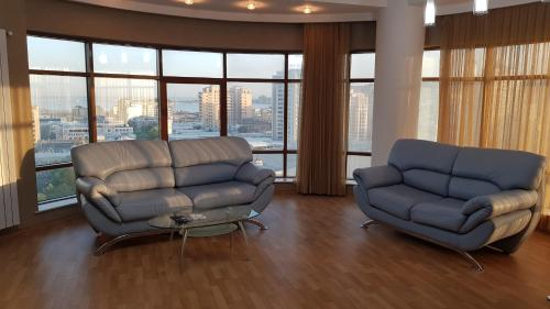 Uma área de estar em Modern City Center Apartment