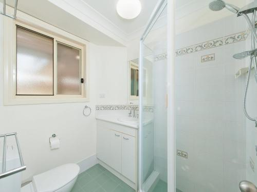 A bathroom at Pawprints, 123 Bagnalls Beach Road