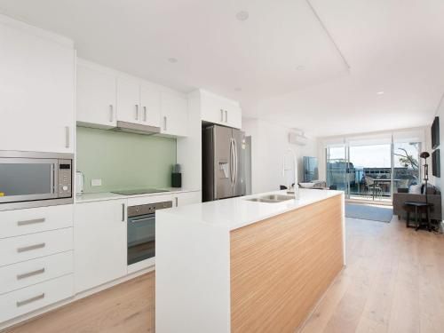A kitchen or kitchenette at The Shoal Apartments, Unit 304/4-8 Bullecourt Street