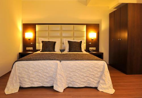 Un pat sau paturi într-o cameră la Europa Hotel