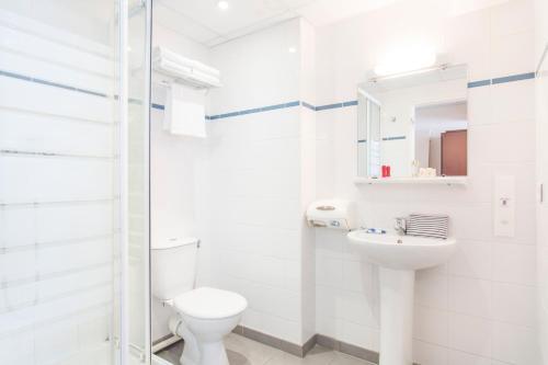 A bathroom at Hôtel Les Gens De Mer Le Havre by Popinns