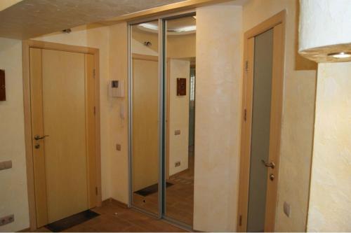 A bathroom at комфортная квартира на 40-летии Победы