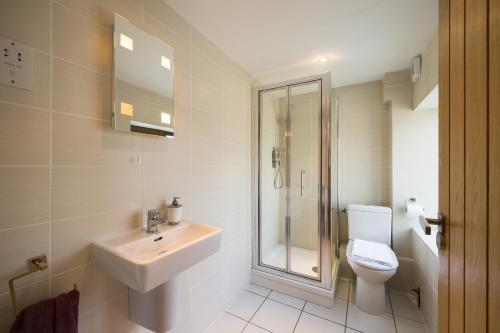 A bathroom at Ashbrook Lets Apartments