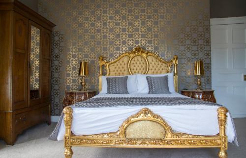 A bed or beds in a room at Devon View House