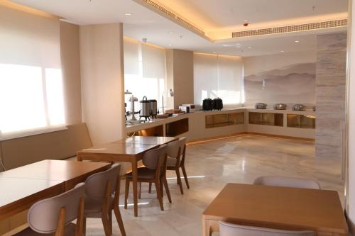 A restaurant or other place to eat at JI Hotel Shigatse Qingdao Road