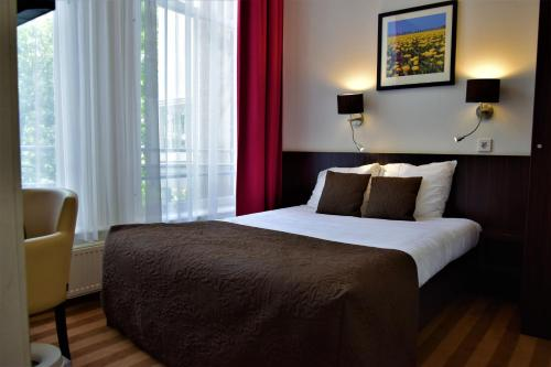 A bed or beds in a room at Prinsengracht Hotel