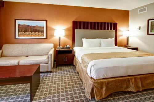 A bed or beds in a room at DoubleTree by Hilton Hotel Flagstaff