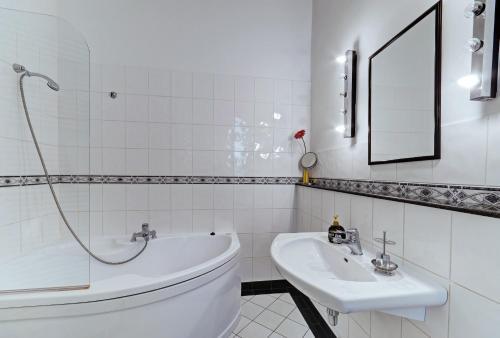 Een badkamer bij Historic Centre Apartments IV