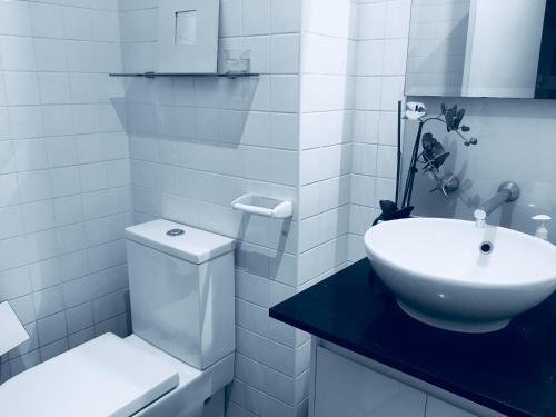 A bathroom at Collins 酒店式公寓