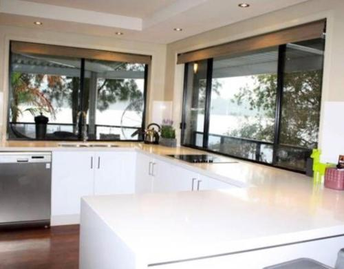 A kitchen or kitchenette at Victoria Lakeside House