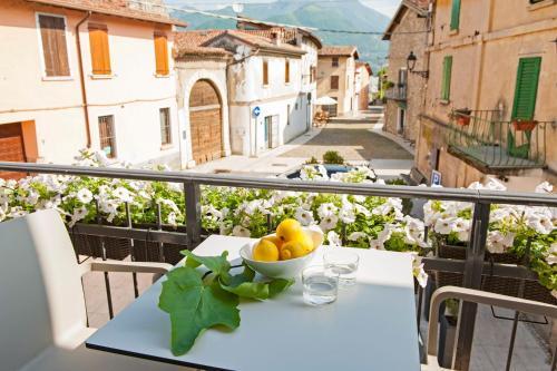 A balcony or terrace at B&B La Bellavita del Garda Luxury