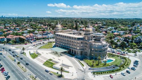 Uma vista aérea de Sofitel Montevideo Casino Carrasco & Spa