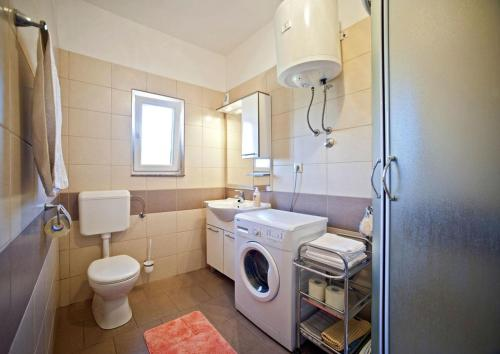 A bathroom at Apartments with a parking space Gornje selo, Solta - 15545