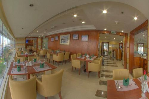 A restaurant or other place to eat at Murjan Asfar Hotel Apartments