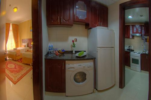 A kitchen or kitchenette at Murjan Asfar Hotel Apartments