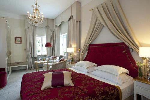 Ein Bett oder Betten in einem Zimmer der Unterkunft Hotel Schloss Mönchstein