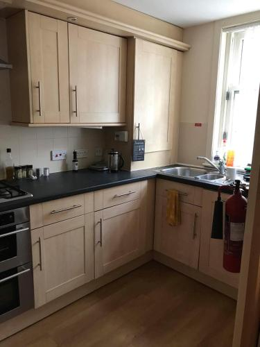 A kitchen or kitchenette at Modern 3 bedroom flat in town centre.