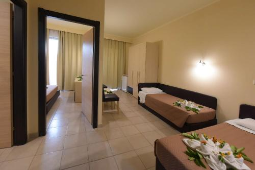 Un pat sau paturi într-o cameră la Santa Helena Hotel, Ialyssos, Rhodes