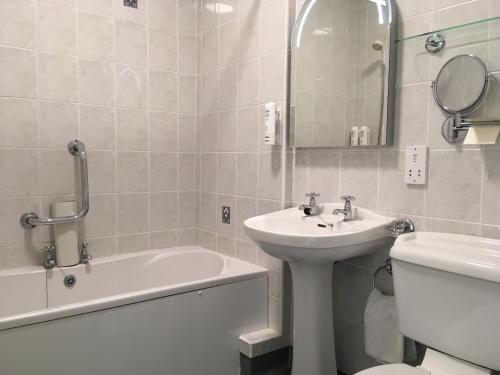 A bathroom at Beggars Reach Hotel