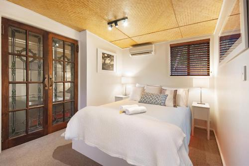 A bed or beds in a room at Gecko Shed