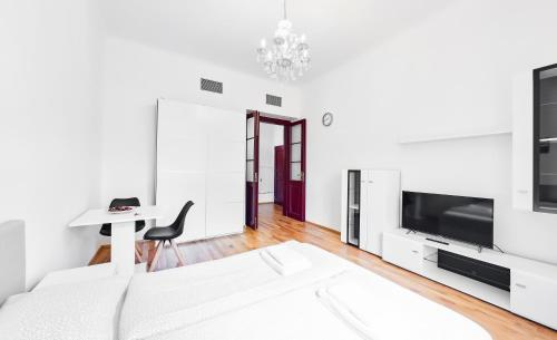 A bed or beds in a room at Apartments Zborovska