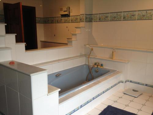 A bathroom at The Farmhouse B&B