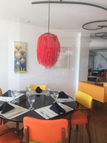 A restaurant or other place to eat at Golden Fortaleza Flat Ap Particular