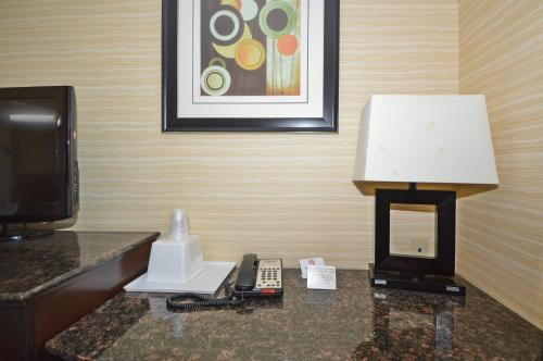 A television and/or entertainment centre at Corona Hotel New York - LaGuardia Airport