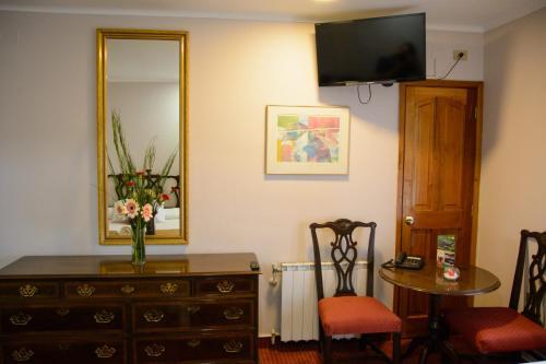 Una televisión o centro de entretenimiento en Hotel Boston Quillota
